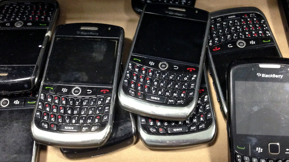 A principios de este mes de Sony fue golpeado por un ataque cibernético importante que llevó por la red informática de la empresa, paralizando operaciones del día a día, ya que incluso elcorreo de la empresa había dejado de funcionar. En la secuela Sony no sólo tuvo que manejar el negocio, tenía que hacer control de daños y trabajar duro para conseguir los sistemas de correr de nuevo. Encontró la solución desenterrando viejos BlackBerry para usarlos y volver a realizar algunas tareas como emitir nominas, enviar correos, después de la compañía recibió un ataque cibernético que comenzó el mes pasado,
